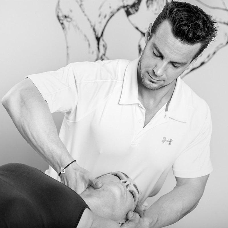 erwin_rucker_die_praxis_physiotherapeut_osteopath_bei_der_arbeit