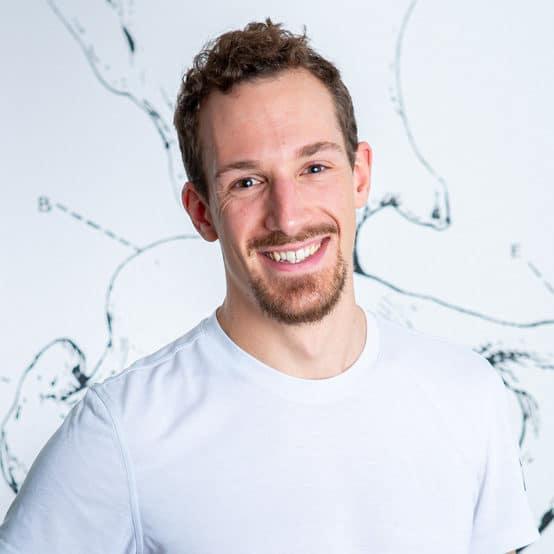 Karl Angerer_Physiotherapeut_Die_Praxis_Profilbild_lächelt